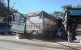 Hai xe tải đâm nhau rồi cùng lao vào nhà dân