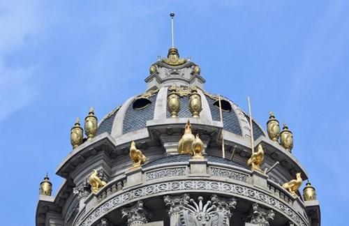 Xây lâu đài gà dát vàng, đại gia phế liệu được - mất gì?