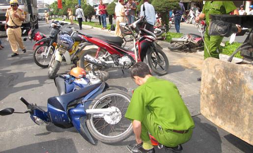 xe cẩu, đâm liên hoàn, xe mô tô, dừng đèn đỏ