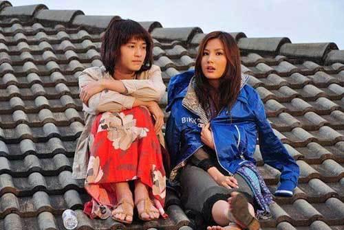 Ngọc Trinh VTV khoe ảnh với trai trẻ, Diễm My 9X trèo mái nhà