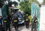Gần trăm cảnh sát đột kích điểm trung chuyển thuốc lá lậu