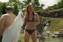 Cười vỡ bụng cô gái rút nhầm khăn tắm