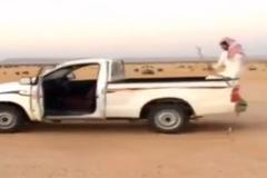 Cảnh lái ô tô kỳ dị trên sa mạc