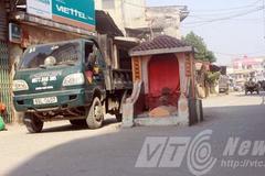 Kỳ bí ngôi mộ cổ nằm giữa đường vào ngôi làng giàu nhất Việt Nam