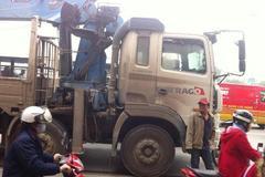 Xe tải cán qua người trên đường Phạm Văn Đồng