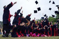 Cử nhân thất nghiệp: Xã hội kêu nhiều, trường bảo ít