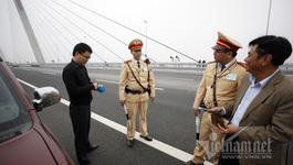 Vi phạm nhan nhản trên cầu Nhật Tân vì... tò mò!