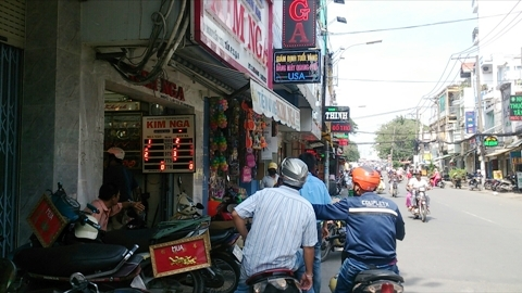 Dàn cảnh móc túi ngay tiệm vàng ở Sài Gòn