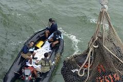 Thợ lặn vật lộn tìm máy bay bất kể thời tiết xấu