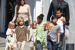 """""""Điểm danh"""" cách nuôi dạy con của các ông bố, bà mẹ nổi tiếng Hollywood"""
