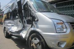 Phá cửa cứu 12 hành khách trên chiếc xe bị tông bẹp dúm