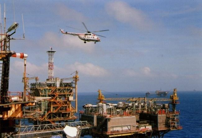 Giá dầu giảm dưới 48USD/thùng, Việt Nam có ngừng khai thác?