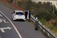 Lốp ô tô tải hất văng người đàn ông xuống vực