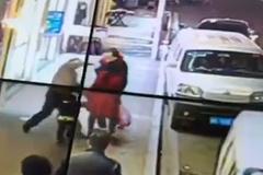 Điên loạn đánh người trên phố