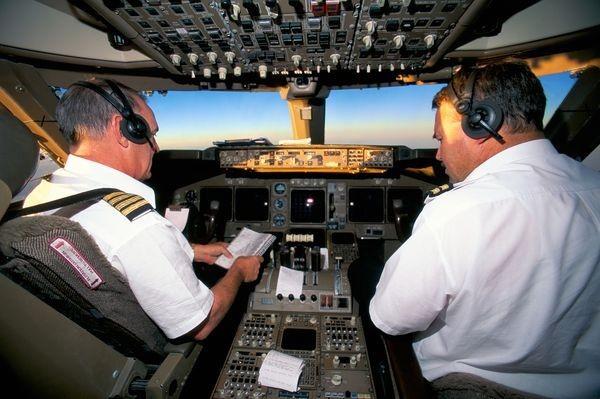 Máy bay đột ngột dừng giữa trời: Phi công chết lặng