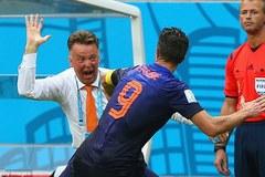 "LẠ: Van Persie ""gạch tên"" Van Gaal, Messi chọn Mourinho"