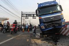 Xe container leo dải phân cách, xa lộ Hà Nội kẹt cứng