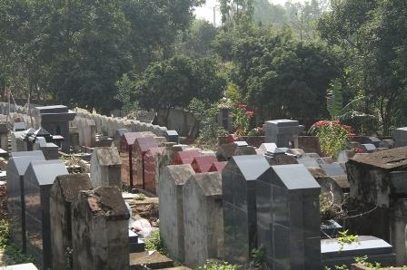 Không đất nghĩa trang, chẳng lẽ chôn người thân trong nhà?