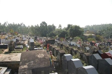 Cơ cực như sống cạnh nghĩa trang