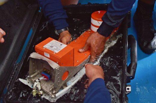 """""""Phải có thần kinh vững"""" khi nghe lời cuối của phi công QZ8501 - 1"""