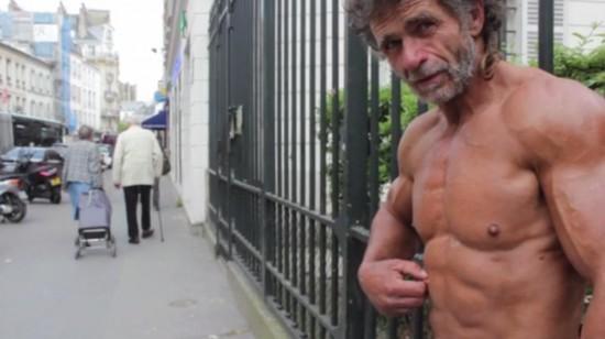 Xem ông lão ăn xin luyện bụng 6 múi ở Paris