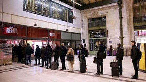 Báo Charlie Hebdo 'cháy hàng', dân vẫn chờ mua