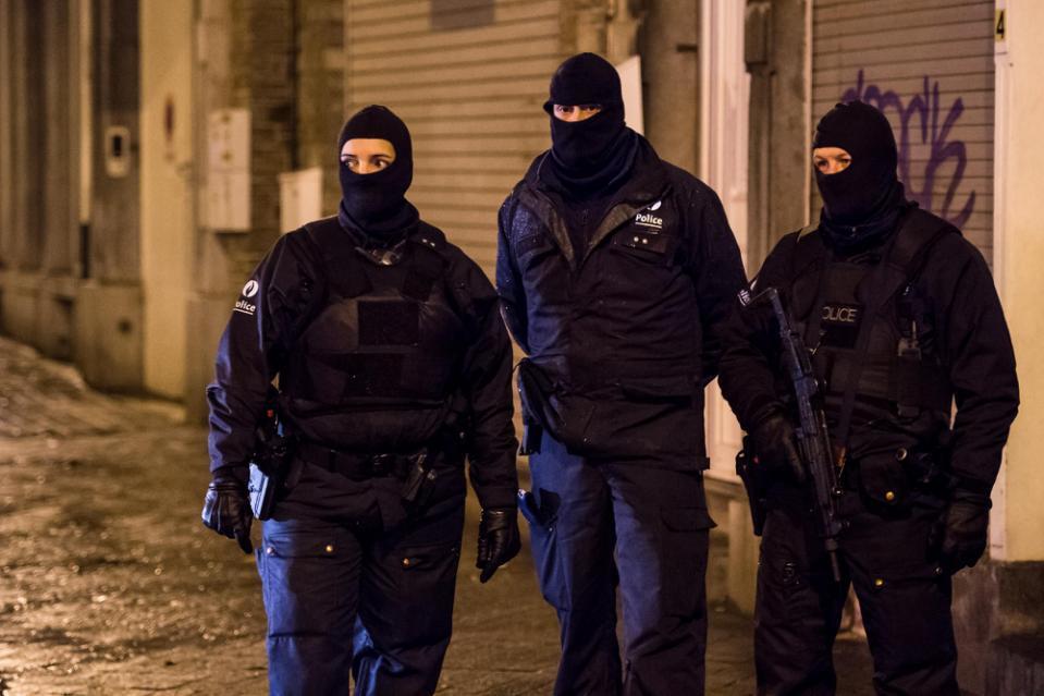 Cảnh sát Bỉ bắn chết 2 nghi phạm khủng bố - 1