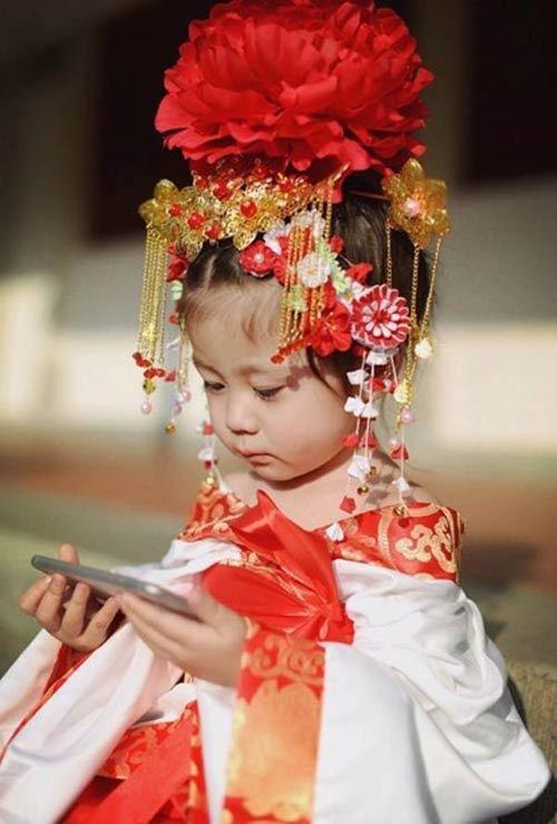 """Ngất ngây với cô bé giả Võ Tắc Thiên """"phiên bản nhí"""""""