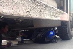 Xe tải 'nuốt' gọn người và xe máy trên phố Hà Nội