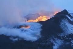 Cảnh tượng ngoạn mục dòng dung nham phun trào từ dãy núi lửa