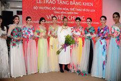 Nhà thiết kế được nhận bằng khen quảng bá áo dài Việt Nam
