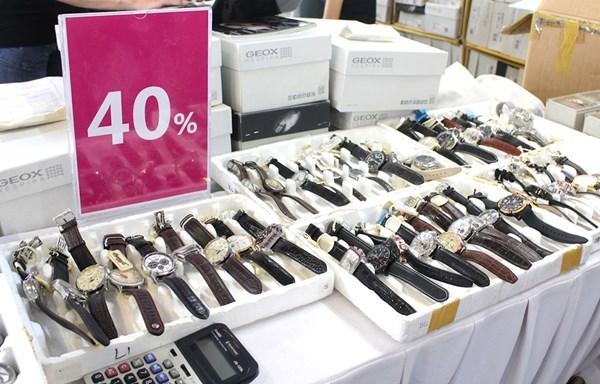 Chen nhau mua hàng hiệu giảm giá 'khủng' mùa cuối năm