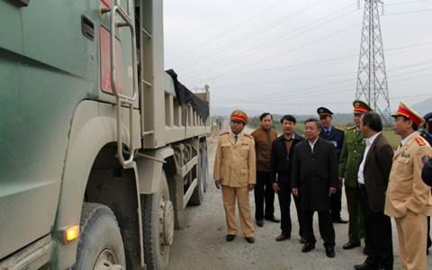 Bị phê bình, Chủ tịch tỉnh ra đường 'xử' xe quá tải