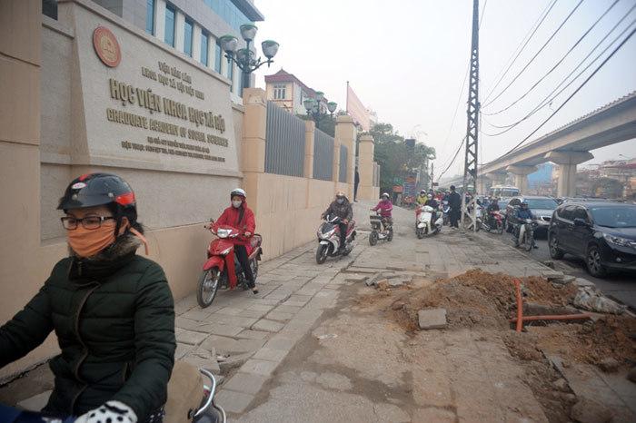 Cảnh khốn khổ vượt qua ngã tư tắc nhất Hà Nội