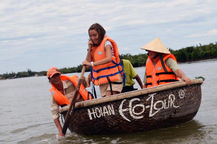Cựu Tổng thống Phần Lan sang Hội An học chèo thuyền thúng