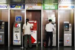 Trả tiền mặt để tránh quá tải ATM dịp Tết