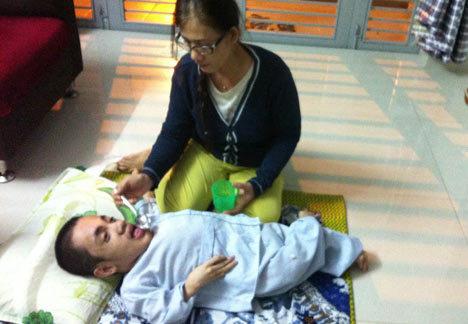 Người mẹ nghèo không dám bế con vì sợ xương con gãy