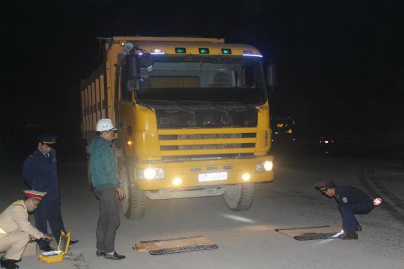 Phó phòng CSGT ngày nghe trăm cuộc 'xin' xe quá tải!