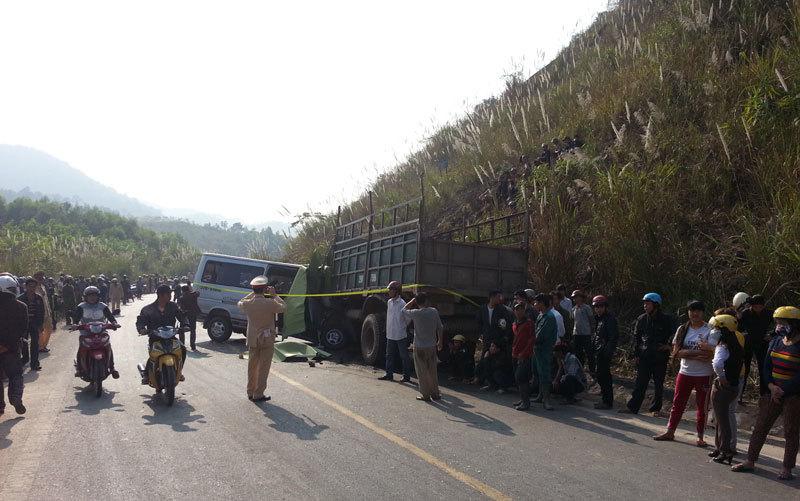 tai nạn, xe du lịch, nổ lốp, xe tải, người chết, Thanh Hóa