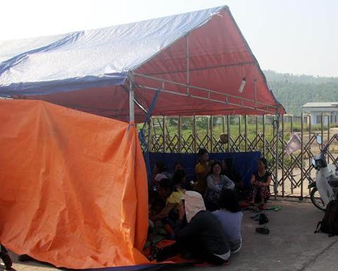 Dân dựng lều vây nhà máy đòi nợ