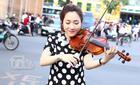 Cô giáo xinh xắn, chơi đàn giữa phố làm từ thiện