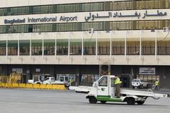 Máy bay chở 154 khách bị trúng đạn