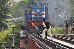Mất mạng vì chụp ảnh 'tự sướng' trước mũi tàu hỏa