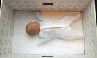 Trẻ sơ sinh Phần Lan ngủ trong hộp giấy thay vì nôi