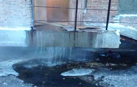 Ống nước vỡ, cả thành phố thành khối băng
