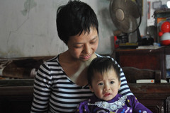 Người mẹ trẻ hi sinh đôi mắt đổi lấy mạng sống con gái