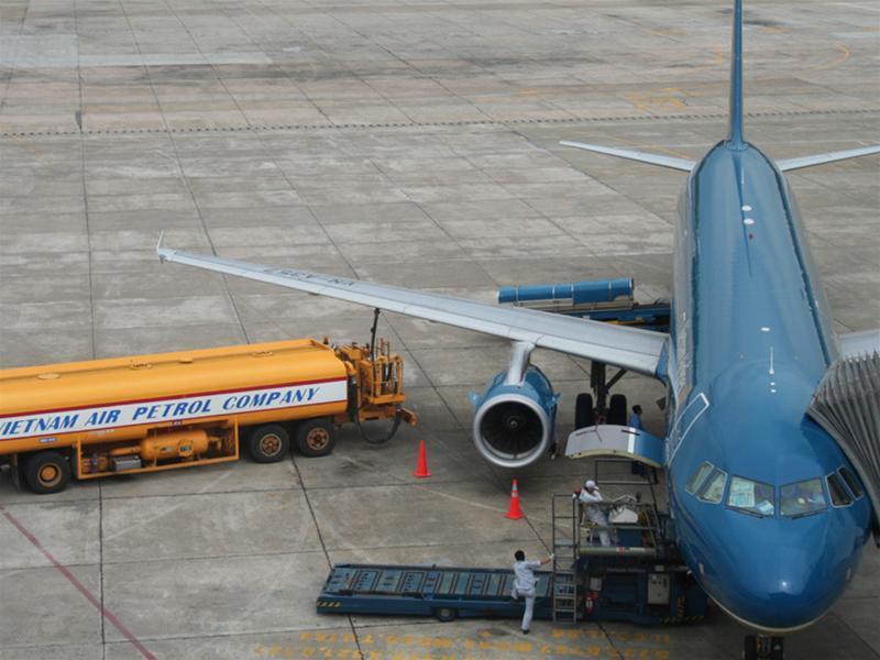 Bắt quả tang vụ ăn cắp xăng dầu máy bay