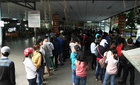 Lại xếp hàng rồng rắn từ mờ sáng chờ mua vé Tết