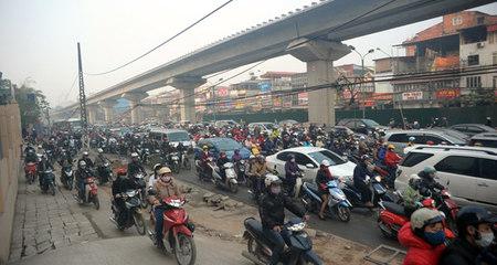 Khốn khổ nhích từng centimet trên đường phố Hà Nội