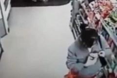 Thiếu nữ ăn vụng kem trong siêu thị